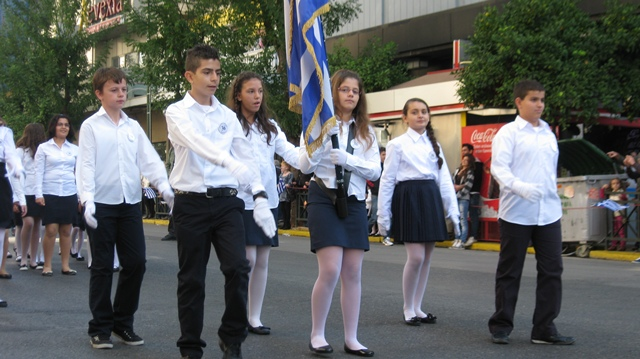 Η σημαιοφόροι μας, με την σημαία του σχολείου μας (28/10/2011)